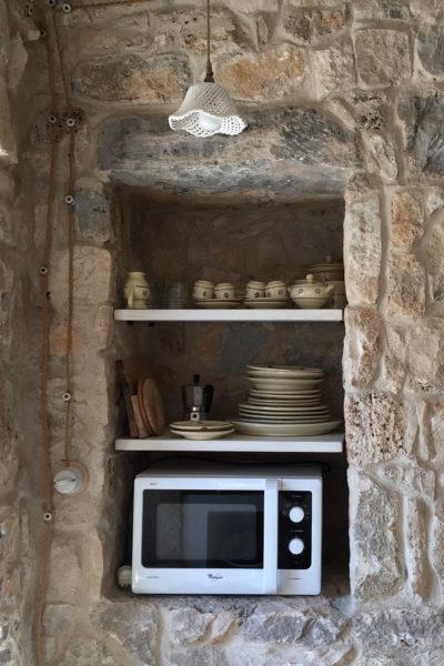 Pajara Marancio forno a microonde e credenza   Residenza in pietra in affitto Salento Feudo Frammasi